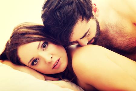 femme amoureuse: Jeune couple amoureux dans le lit, dans la chambre sc�ne romantique. Banque d'images
