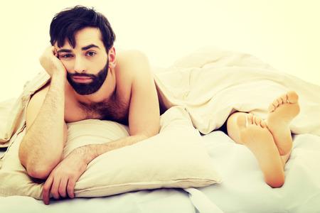 man and woman sex: Молодой красивый депрессии человек в постели.