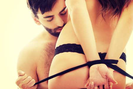 sexuales: Hombre guapo atar womans sexy manos. Foto de archivo