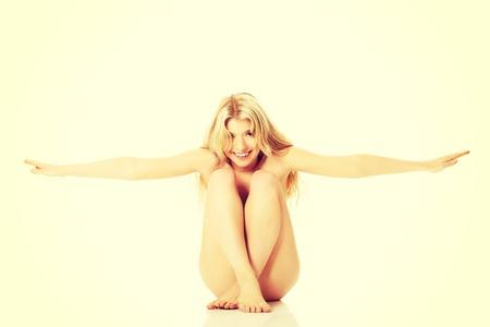 mujer desnuda sentada: Mujer desnuda sentada, spreding sus brazos.
