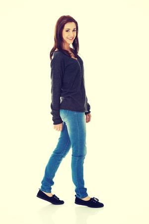 mujer cuerpo completo: Joven y bella mujer caminando sonriente