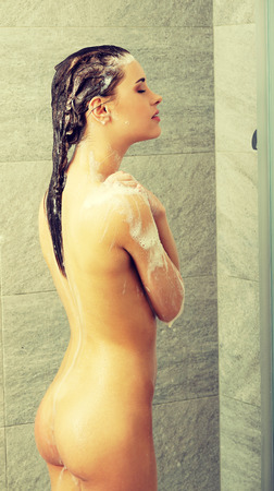 mujer bañandose: Mujer hermosa en forma de tomar la ducha