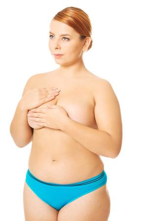 seins nus: Surpoids femme en lingerie couvre sa poitrine