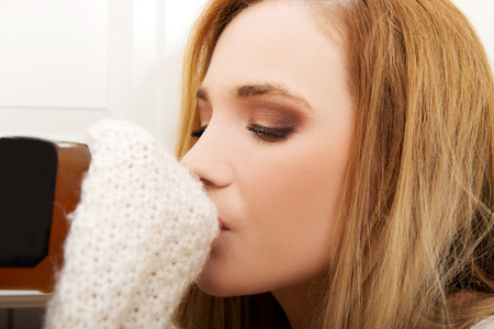 tomando alcohol: Mujer hermosa joven en la depresi�n, el consumo de alcohol.