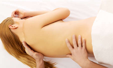 Donna incinta con un massaggio sulla schiena Archivio Fotografico