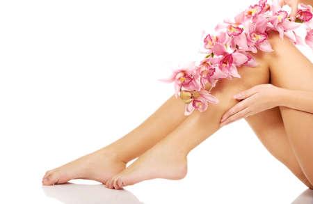 legs: Delgadas piernas de la mujer de largo con flores de color rosa.