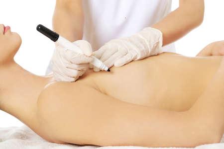 seni: Giovane bella donna prima della chirurgia del seno.