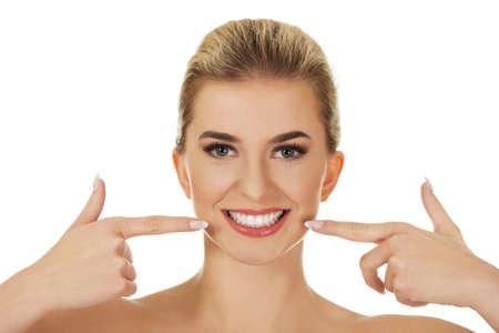 muela: Mujer mostrando sus dientes blancos, aislados en blanco