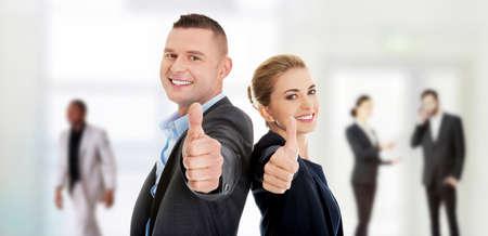 ejecutivos: Par de negocios feliz que muestra el pulgar hacia arriba.