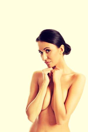 mujeres jovenes desnudas: Mujer del balneario que cubre su pecho y el cuello tocar