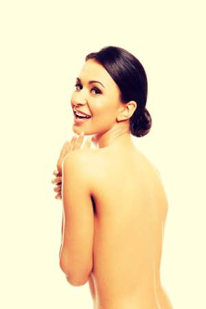 seins nus: Femme aux seins nus toucher son menton.