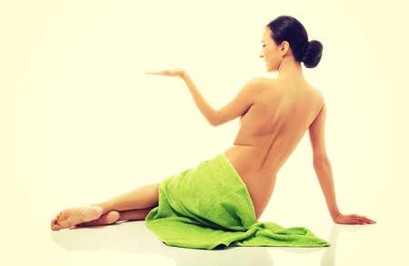 seins nus: Spa torse nu envelopp� dans une serviette tenue copyspace. Banque d'images