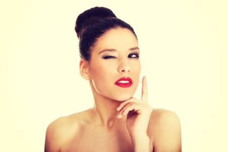 seins nus: Femme aux seins nus attrayante fonc� composent clignote oeil.