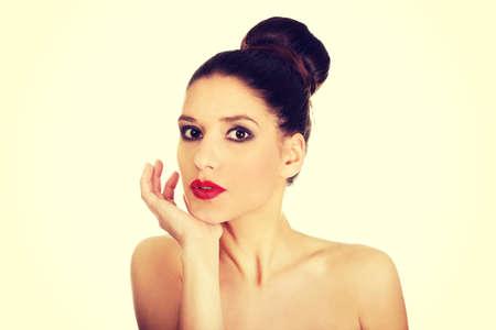 seins nus: Attractive brunette femme aux seins nus fonc� maquillage.