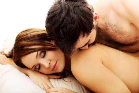 baiser amoureux: Jeune couple amoureux dans le lit, dans la chambre scène romantique. Banque d'images