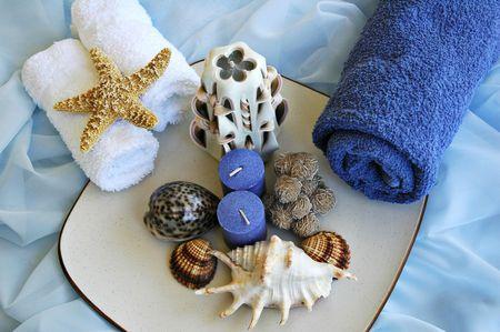 tissu soie: Seashells, serviettes et bougies sur le tissu en soie bleu