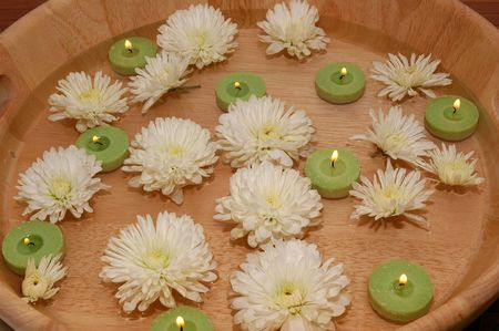 Floating green candles and chrysanthemum in a bowl of water Stock Photo - 665908
