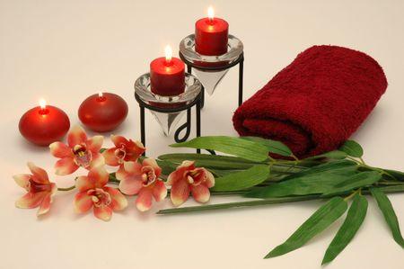 eacute: orchidee, candele, in un asciugamano spa