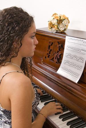 tocando el piano: Adolescente tocando el piano