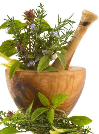 erbe aromatiche: Erbe healing e fiori commestibili (handcarved il mortaio ed il pestello di olivo) Archivio Fotografico