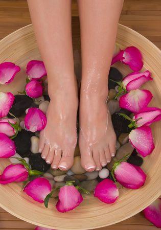 pedicura: Ser mimados por la hermosa rosa rosas arom�ticas y terap�uticas a base de hierbas ba�o de agua (Spa San Valent�n) Foto de archivo