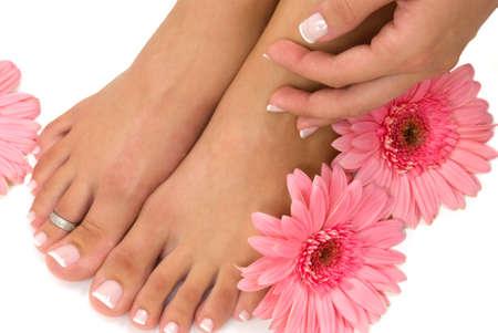 pedicura: Pedicured pies de color rosa y margaritas