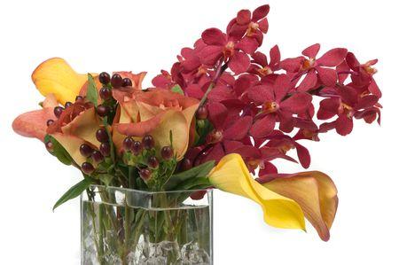 Arreglos florales con lirios, orquídeas y hojas en un florero Foto de archivo - 5003458