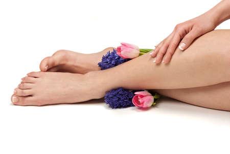 pies sexis: Pedicured de pies, manos preparadas y flores arom�ticas en un spa