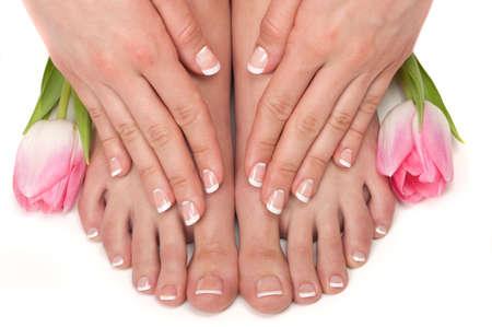 jolie pieds: Pedicured pieds, les mains manicured et les fleurs aromatiques dans un spa Banque d'images