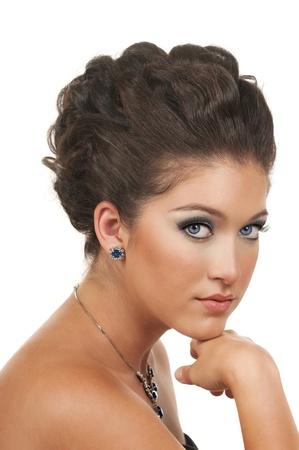 zafiro: Mujer joven con un hermoso maquillaje, peinado y las joyas de diamantes de zafiro