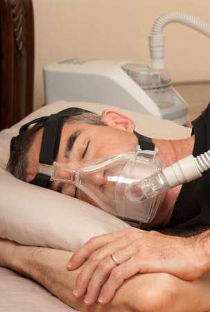 durmiendo: Hombre con apnea del sue�o y la m�quina CPAP