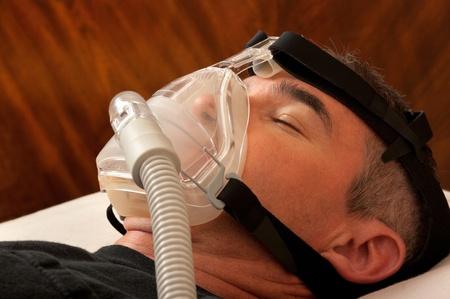 apnoe: Mann mit Schlaf-Apnoe und CPAP-Ger�t