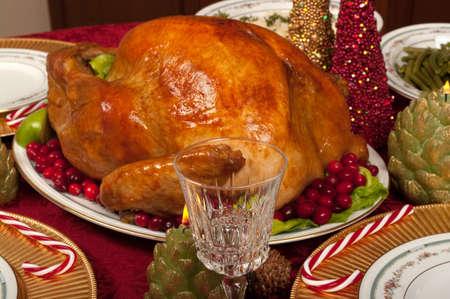 cena navide�a: Cena de Navidad con un delicioso pavo Foto de archivo