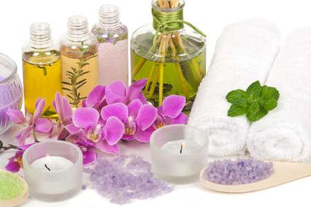 massage huile: Scène spa avec aromathérapie, huile de massage, sels de bain, des bougies aromatiques et orchidées