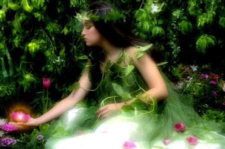 madre tierra: Madre Naturaleza buscando a algunos de sus muchas creaciones hermosas en su jard�n encantado (escena nocturna con niebla)