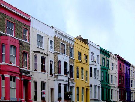 multi colour: Edificios en una fila en multi paredes del color