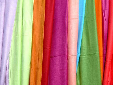 bufandas: Mont�n de pa�uelos de color Foto de archivo