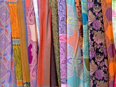 foulards: Variet� di sciarpe di seta decorato in molti colori
