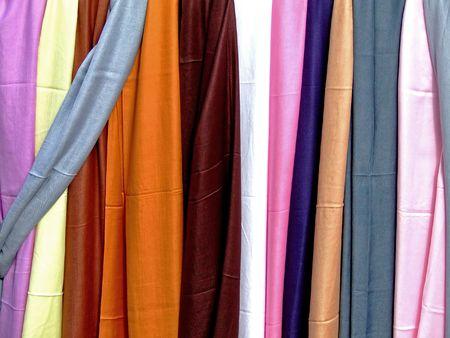 bufandas: Variedad de bufandas de seda de muchos colores Foto de archivo