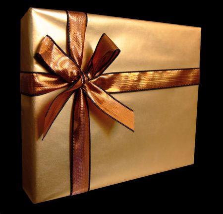 goldfolie: Verpackt Geschenk mit metallischen Farbband und Goldfolie