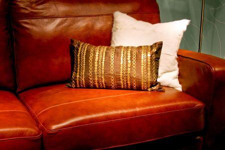 brown leather sofa: Real divano in pelle marrone con coppia di cuscini