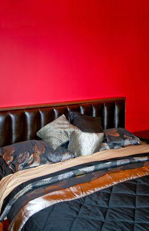 Moderna camera da letto con seta rossa dipinta parete foto royalty ...