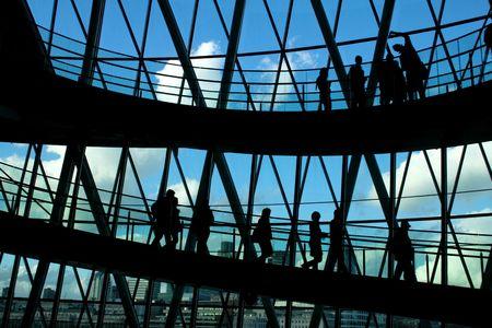 big window: Silhouetten van de mensen voor grote venster