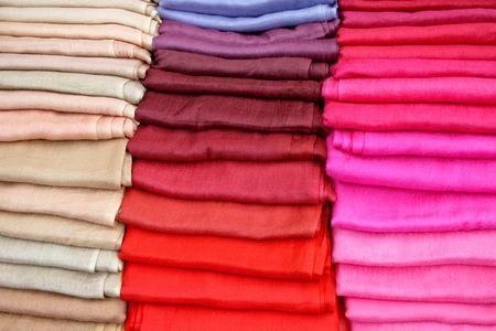 foulards: Forte e vivace tavolozza rosso sciarpe di seta Archivio Fotografico
