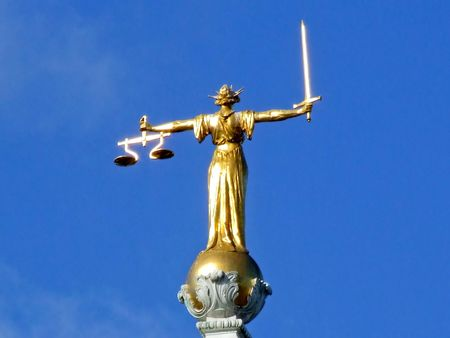 Estatua de la mujer en oro representan la justicia  Foto de archivo - 855220