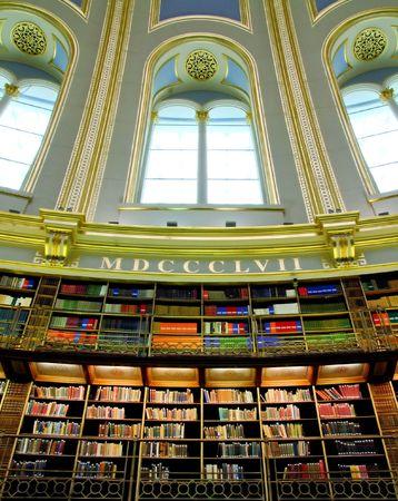 big window: Oude Victoriaanse stijl bibliotheek met groot raam Stockfoto