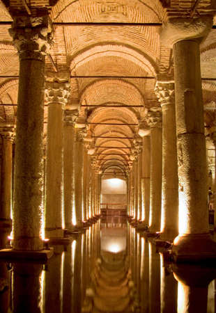 columnas romanas: Columnas romanas antiguas que apoyan el tanque de agua