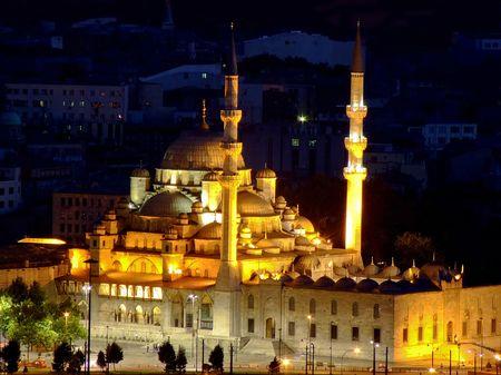 prayer tower: Famosa e antica moschea turca di notte si illumina
