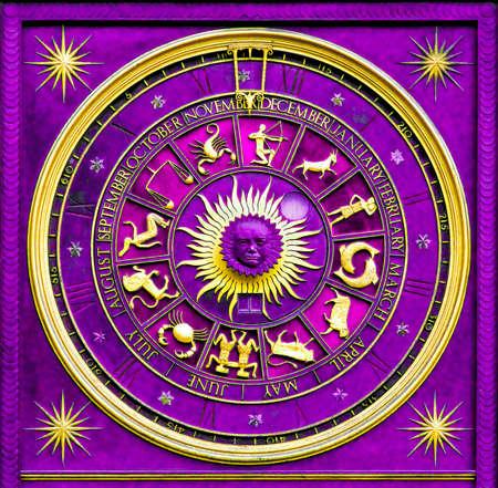 astrol�gico: Purple zodiac reloj de oro y decoraci�n deatail  Foto de archivo
