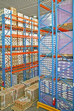 sala parto: Grande magazzino di stoccaggio camera con scatole e ripiani  Archivio Fotografico